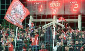 Фанатов «Спартака» оградили решеткой изаперли настадионе