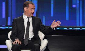 Медведев допустил корректировку роста экономики из-за «войны» США и Китая