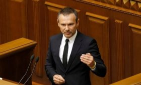 Партия Вакарчука лишила его депутатского мандата