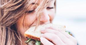 Как справиться с последствиями недосыпания с помощью еды, выяснили эксперты